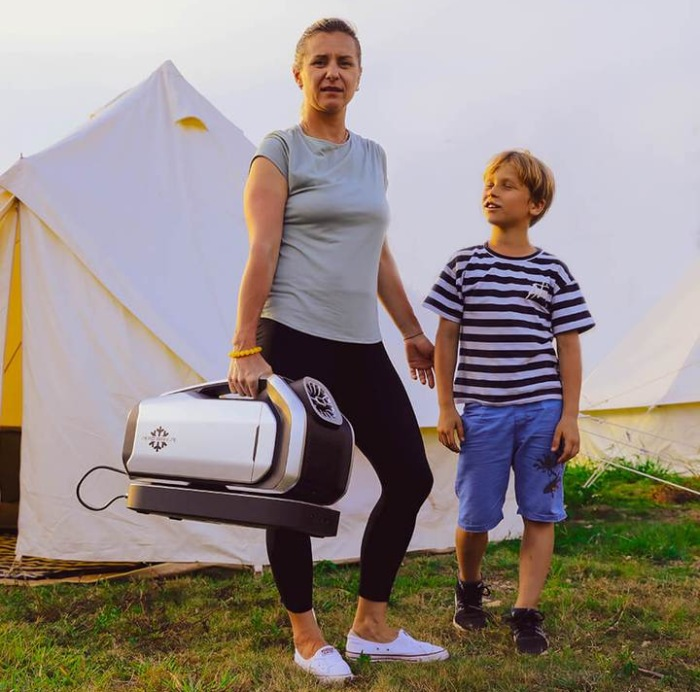camping air conditioner with a battery